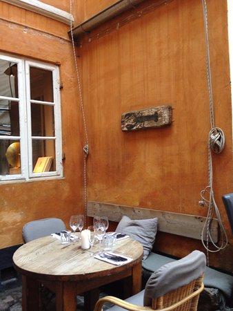 Restaurant Zeleste: coin cosi dans la cours intérieur