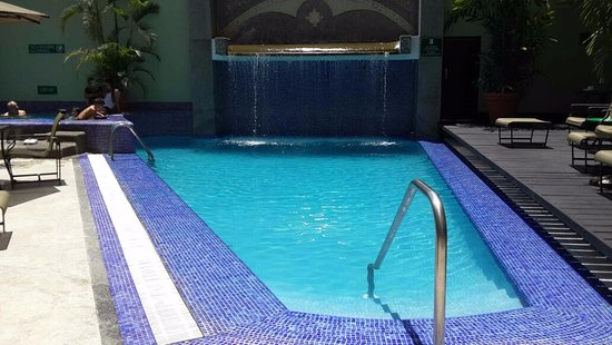 Embassy Suites by Hilton Caracas: Piscina con pequeña cascada e hidromasaje.