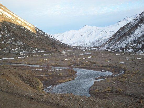 Las Lenas, Αργεντινή: Agua de deshielo formando rio, camino a Las Leñas