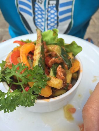 Yevpatoriya: Чебуреки вкусные, Даг Чай не насыщенный(как будто заварки пожалели) ну и салат неплох.