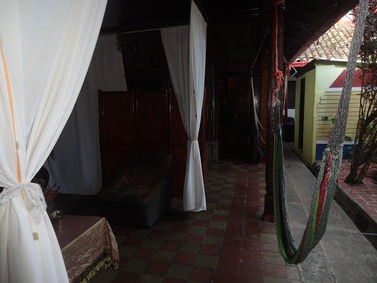 Hostal El Momento: small common area outside room.