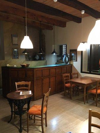 L'Ancienne Auberge: Inn bar area