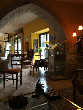 L'Ancienne Auberge: Inn lobby and sitting area