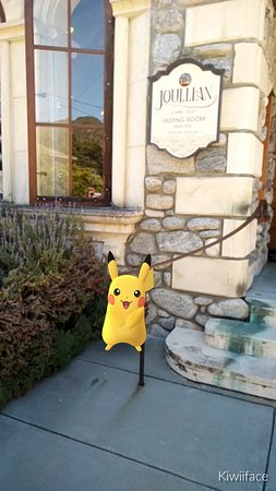 Carmel Valley, Califórnia: The Joullian Vineyards tasting room is a Pokéstop! If you come by for the great wine make sure t