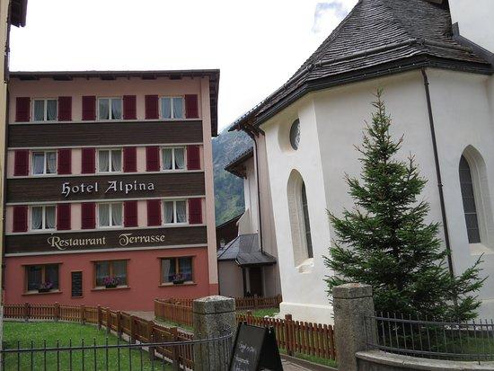 Leukerbad, Schweiz: Hotel next to church.