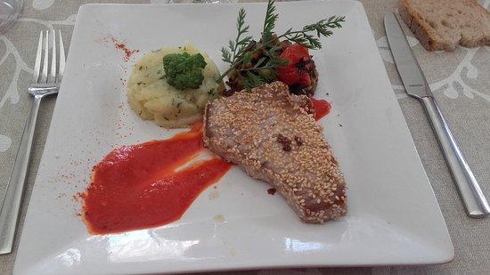 Sulniac, Frankrig: Steak de thon mi cuit aux graines de sésame