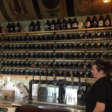 Bristol, Κονέκτικατ: Growlers and taps