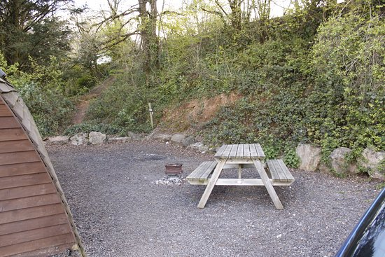 Chepstow, UK: Picnic area at the side of number 14.