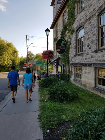 Perth, Canadá: A view of the restaurant from the street over looking the park