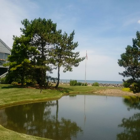 Huron, OH: other side of golf course - private beach side homes