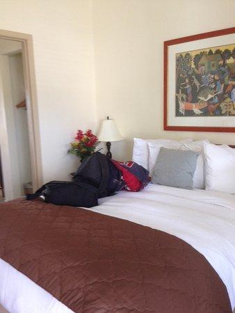 Waterfront Garden Suites: Bed