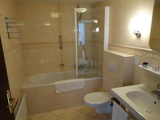 Badkamer met ligbad - Foto van Fletcher Hotel-Restaurant De ...