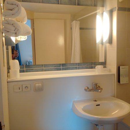 Campanile Livry Gargan : Salle de bain