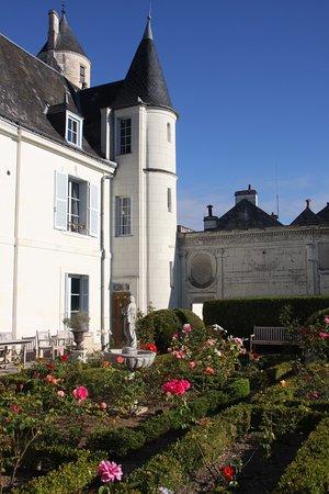 Loches, Francia: A corner of its garden