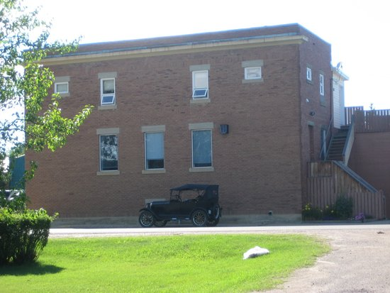 Big Valley, Canadá: Treasury Branch with model T parked beside it