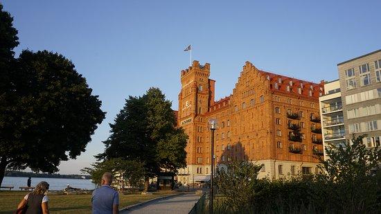 Elite Hotel Marina Tower: Vy från lekparken mot hotellet