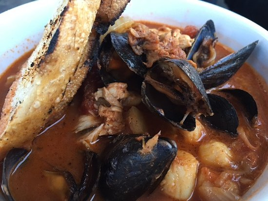 Kittery, ME: Excessively smoky Cioppino