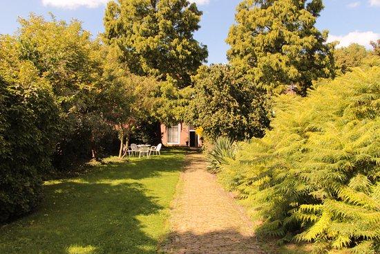Veere, Países Bajos: Zugang vom Parkplatz, wunderschöner Garten, sehr ruhig gelegen. Historisches Haus, perfekte Lage