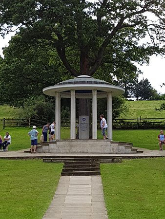 Egham, UK: Magna Carta Memorial, Runnymede