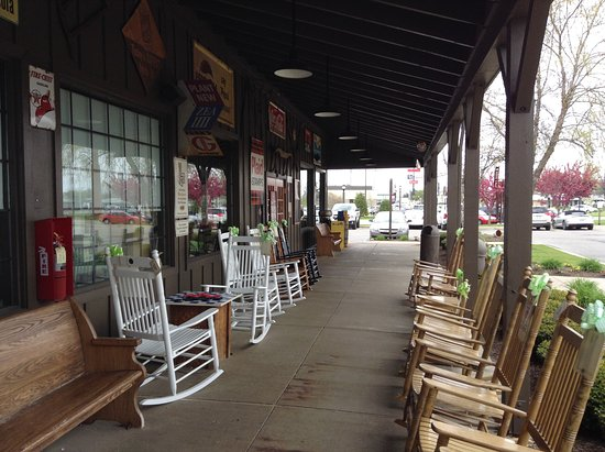 Findlay, Οχάιο: Rocking chairs made of wood.