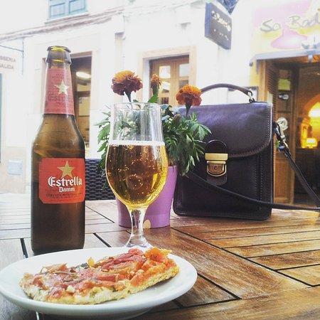 Esporles, Spain: Una pequeña parada a la hora del aperitivo inmejorable, justo a los piés de la Iglesia de Sant P