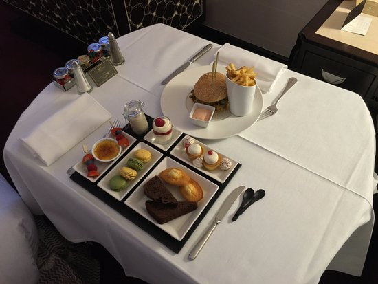 The Hotel du Collectionneur Arc de Triomphe: Room service : Hamburger & Planche sucrée