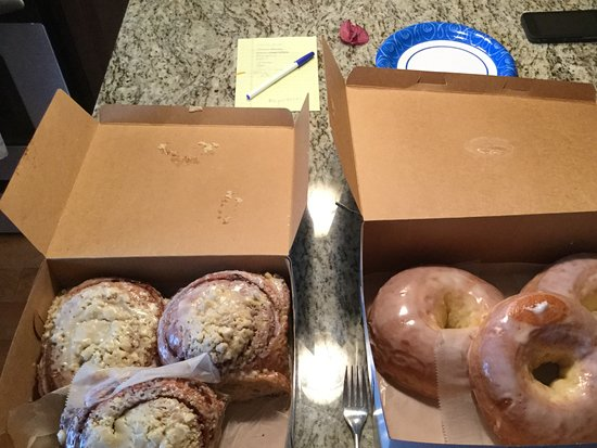 Pavel's Backerei : The glazed donuts and cinnamon rolls are giant!