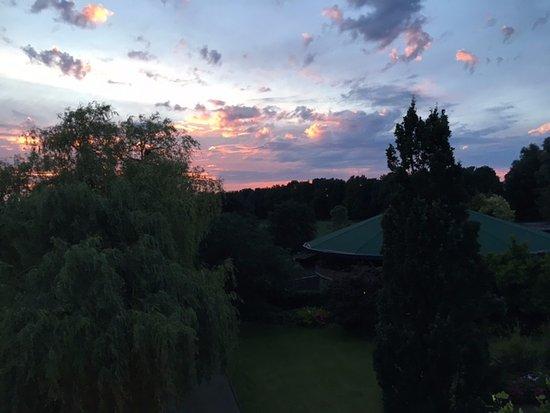 Heerlen, เนเธอร์แลนด์: Vista da sacada do quarto. O quiosque que aparece ali é o Wellness Center