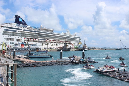 Sandys Parish, Bermuda: Norwegian Dawn cruise ship in the dockyard.