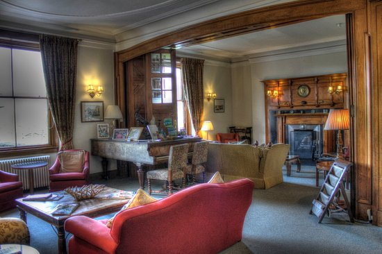 The Lovat, Loch Ness: Had tea by the crackling fire in the fireplace after dinner.