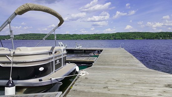 North Hatley, Canada: Deck which you can just dive in or get a boat trip