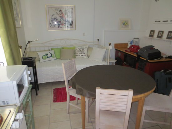 Savonlinna, Finlândia: Small kitchen with daybed