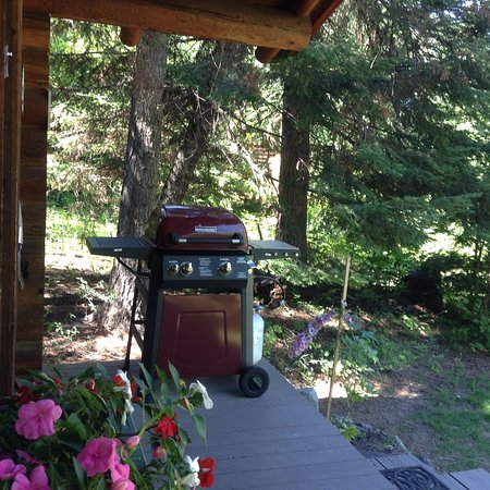 Bigfork, MT: Cabins come with gas grills for outdoor cooking