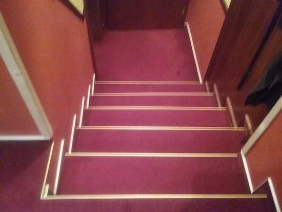 Нитра, Словакия: Unbeleuchtete Treppe im Zimmer