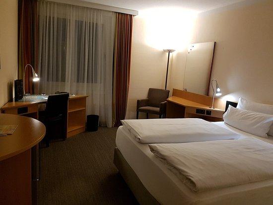 Schwaig, Alemania: Nice room with comfortable bed.