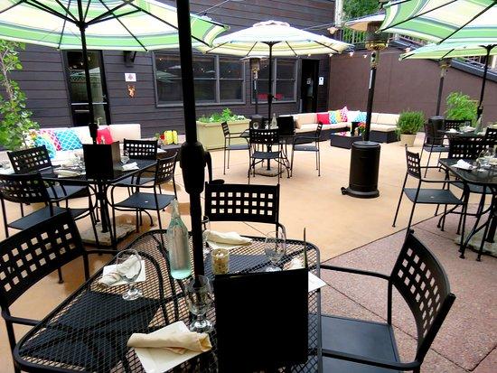 Сноумасс-Виллидж, Колорадо: Outdoor Patio Restaurant On site