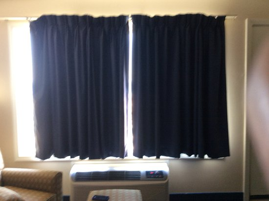 Hampton House Hotel: Curtains too small can't close them