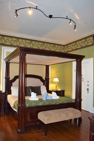 Artist House: Parlor Room bed