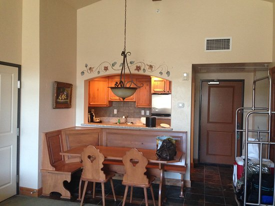 Midway, UT: kitchen and dining area in villa