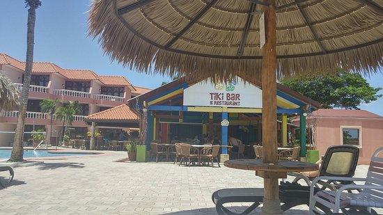 Paradise Beach Villas: The pool side Tiki Bar/Restaurant at the Paradise Beach Villa. Good food and good bar.