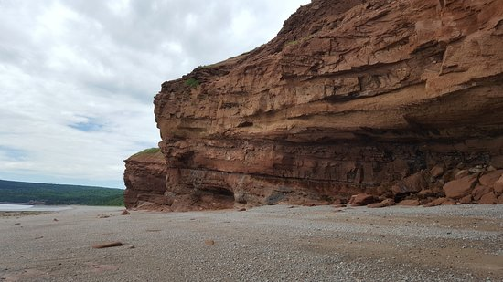 ASHAK on the Bay : Red sandstone cliffs on the beach