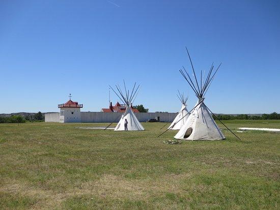 Williston, Kuzey Dakota: Tepees outside Fort Union Trading post