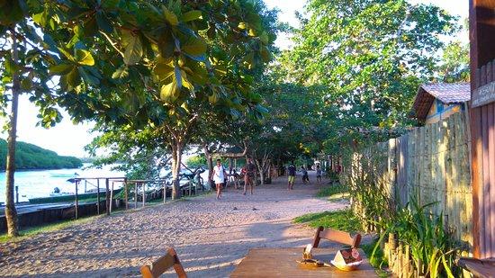 Vista da beira do rio Caraiva, onde ficam a maioria dos bares e restaurantes.