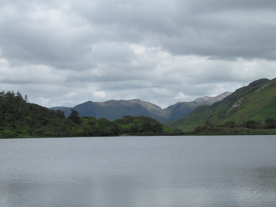 Kylemore, İrlanda: The view from the front of the abbey overlooking the lake and mountains