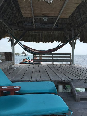 Pelican Reef Villas Resort: The end of the long dock has this cool tiki roof with hammocks ...so peaceful 😊