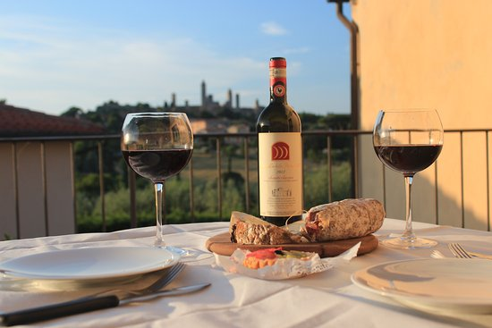 Locanda Viani: Dinner on the terrace Tuscan style