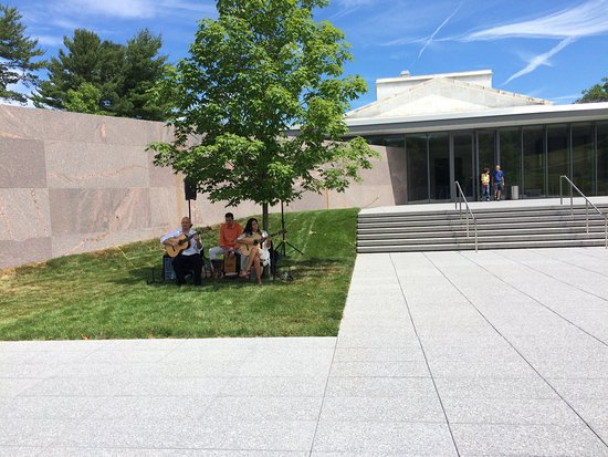 Williamstown, MA: live music outside at the Clark Museum