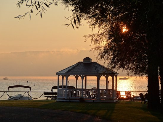 Keuka Lakeside Inn: Sunrise at the gazebo
