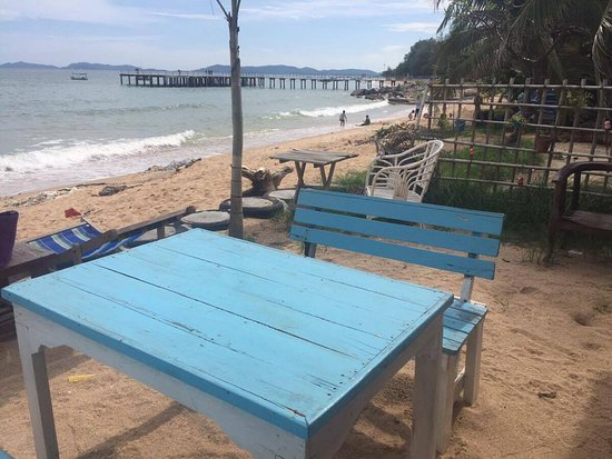 Ban Chang, Ταϊλάνδη: ด้านนอกร้านก็มีที่นั่งติดทะเล