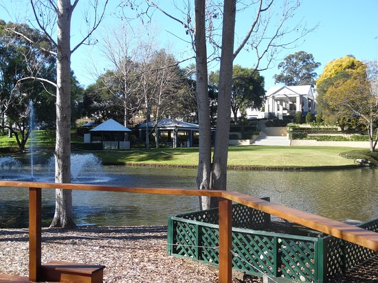 Windsor, Australien: There is a lovely path to walk around the property!